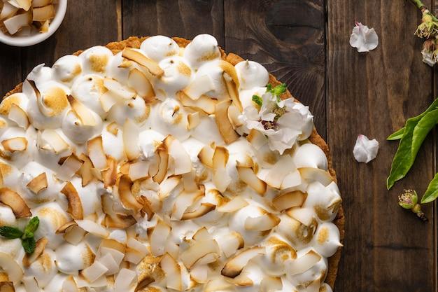 Köstlicher kuchen auf holztisch flach lag Kostenlose Fotos