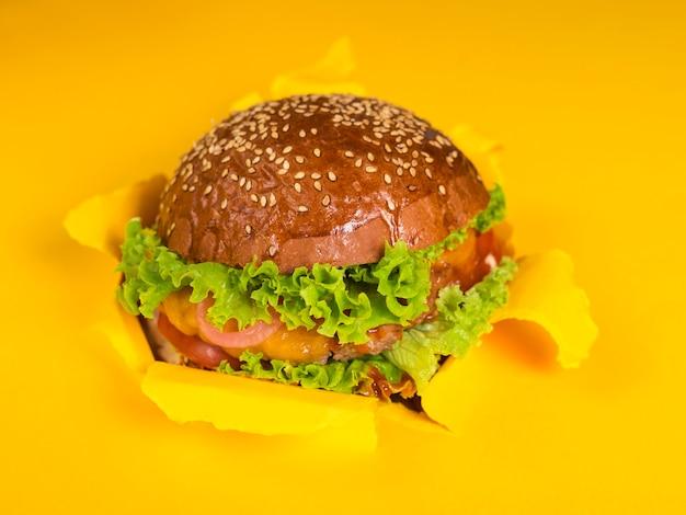 Köstlicher rindfleischburger bereit, serverd zu sein Kostenlose Fotos