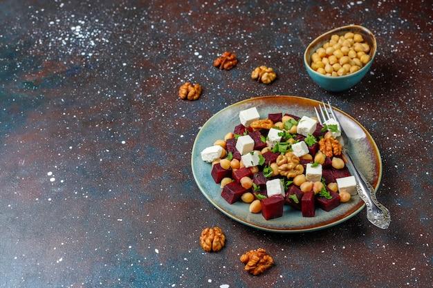 Köstlicher rübensalat mit feta-käse oder ziegenkäse und kichererbsen, draufsicht Kostenlose Fotos