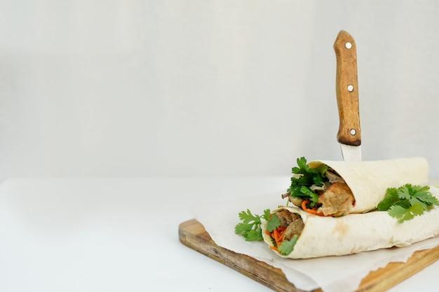 Köstlicher shawarma sandwichkebab auf weiß Premium Fotos