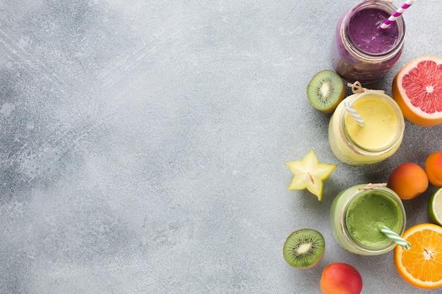 Köstlicher smoothie- und fruchtplan mit copyspace Premium Fotos