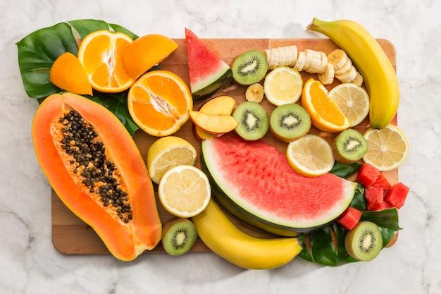 Köstlicher snack des strengen vegetariers auf hölzernem brett Kostenlose Fotos