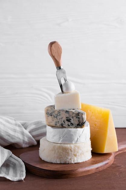Köstlicher stapel des käses auf einer tabelle Kostenlose Fotos