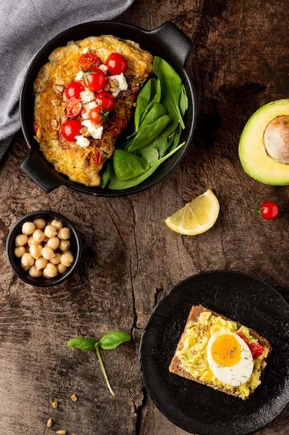 Köstlicher toast mit gemüsecreme und omelett Kostenlose Fotos