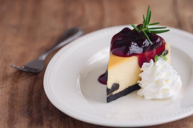 Köstlicher und süßer heidelbeer-new- yorkkäsekuchen auf der weißen platte gedient Premium Fotos