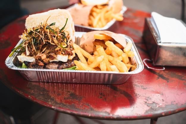 Köstliches arrangement mit junk food Kostenlose Fotos