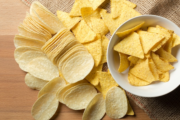 Köstliches chipsl auf tabellennahaufnahme Premium Fotos