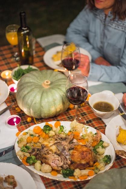 Köstliches essen bei tisch in der nähe von lady Kostenlose Fotos