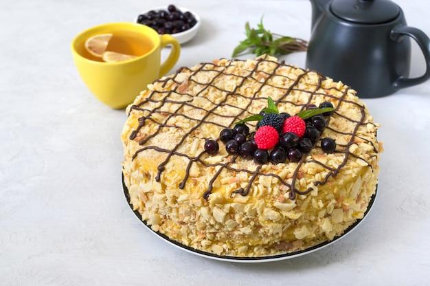 Köstliches festliches schichtdessert mit blätterteig und vanillepudding, dekoriert mit frischen beeren Premium Fotos