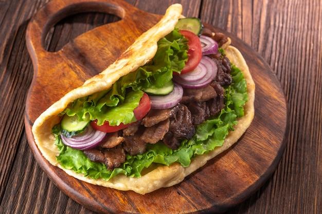Köstliches frisches selbst gemachtes sandwich mit hühnerburspit gebratenem fleisch Premium Fotos
