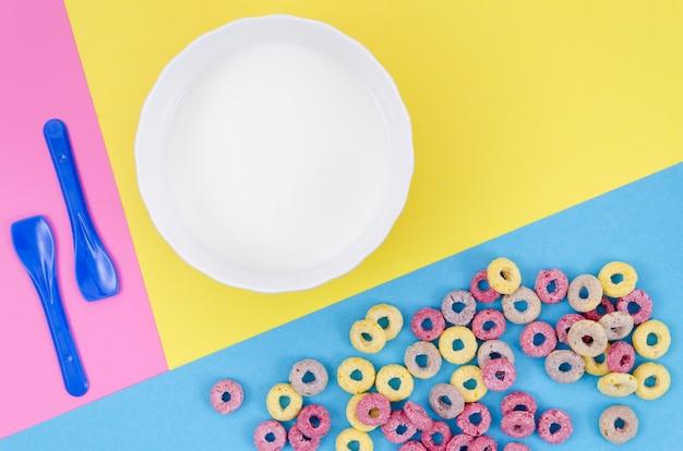 Köstliches frühstück mit getreide und exemplarplatz Kostenlose Fotos
