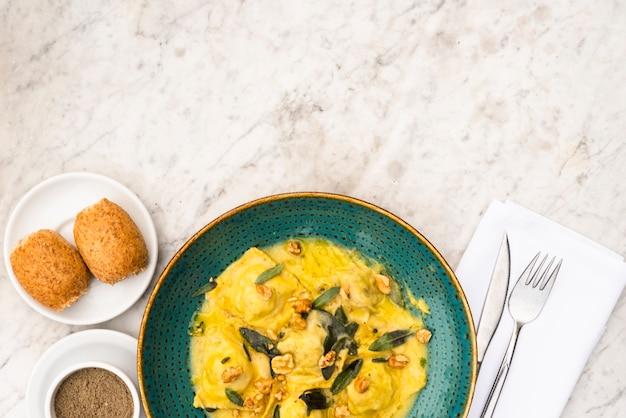 Köstliches italienisches lebensmittel zum frühstück auf weißer strukturierter oberfläche Kostenlose Fotos