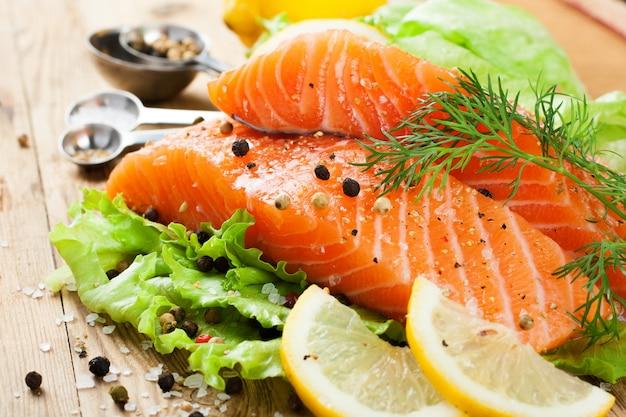 Köstliches lachsfilet, reich an omega-3-öl Premium Fotos
