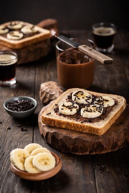Köstliches offenes sandwich mit schokolade und banane Premium Fotos