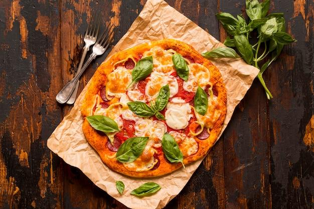 Köstliches pizzakonzept auf holztisch Kostenlose Fotos