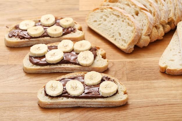 Köstliches sandwich auf dem tisch Kostenlose Fotos