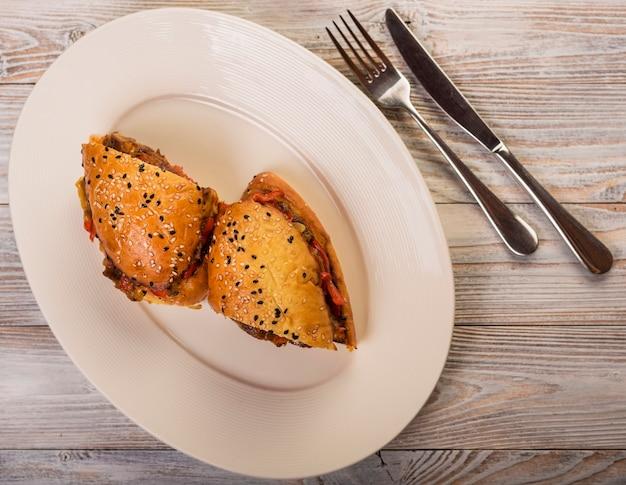 Köstliches sandwich des hohen winkels auf einer platte Kostenlose Fotos