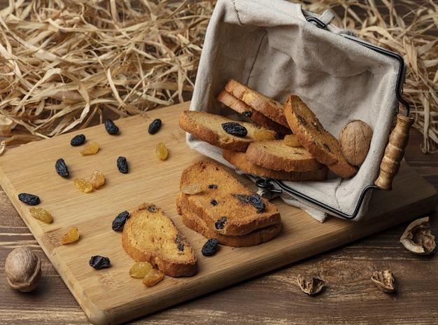 Köstliches süßes brötchen auf hölzernem hintergrund Premium Fotos