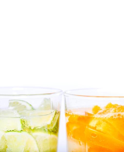 Köstliches wasser mit fruchtscheiben Kostenlose Fotos