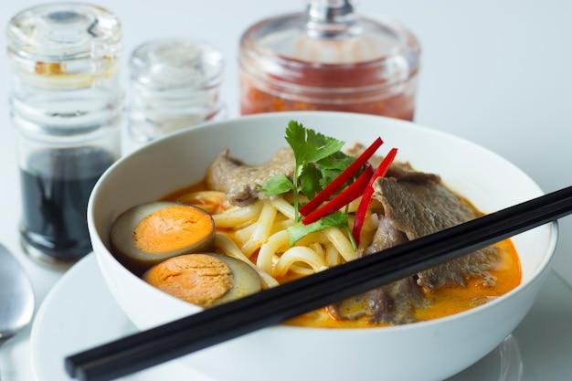 Köstliches würziges curry mit beff Premium Fotos