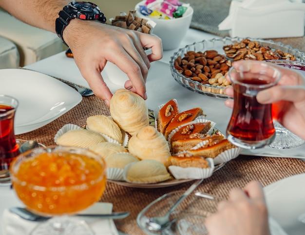 Köstlichkeiten und tee auf dem tisch Kostenlose Fotos