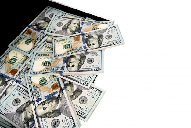 Koffer geld mit hundert dollar auf weißem hintergrund Kostenlose Fotos