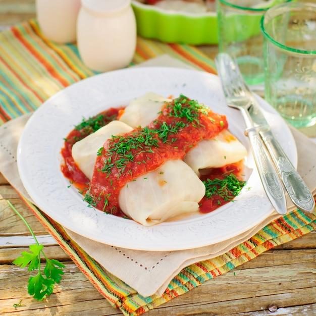 Kohlrouladen mit tomatensauce und dill Premium Fotos