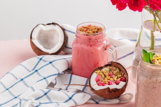 Kokos-joghurt mit getreidefreiem paläo-müsli aus gemischten nüssen Premium Fotos