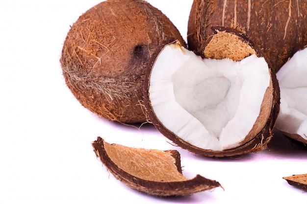 Kokosnüsse auf weiß Premium Fotos