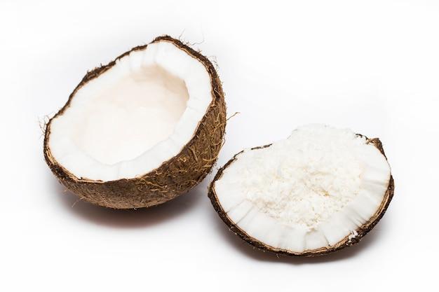 Kokosnüsse mit kokosnussflocken lokalisiert auf dem weißen hintergrund Premium Fotos