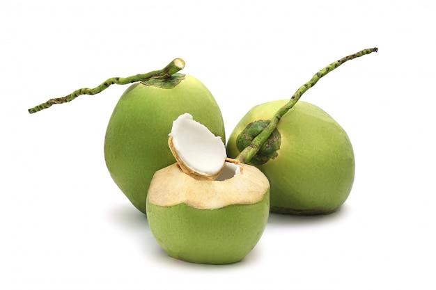 Kokosnuss reif und geschmackvoll getrennt auf weiß Premium Fotos