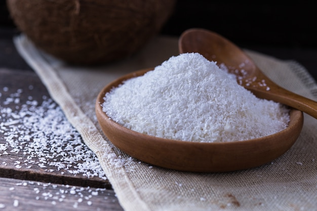 Kokosnusspulver einer kokosnuss im korb auf tisch in der küche für die herstellung von kokosmilch Premium Fotos