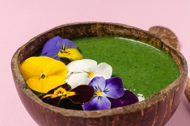 Kokosnussschüssel mit grünem frucht smoothie Premium Fotos