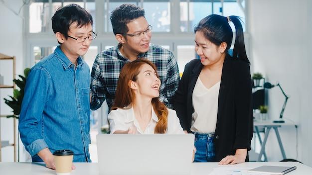 Kollaborativer prozess multikultureller geschäftsleute mit laptop-präsentation und kommunikation, brainstorming-ideen zu neuen projektkollegen, die eine erfolgsstrategie für den arbeitsplan im home office entwickeln. Kostenlose Fotos