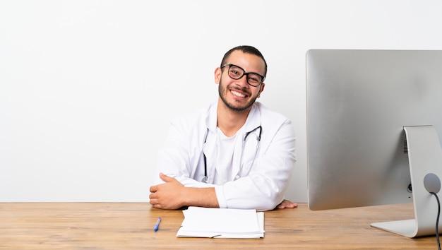 Kolumbianischer mann doktors mit gläsern und dem lächeln Premium Fotos