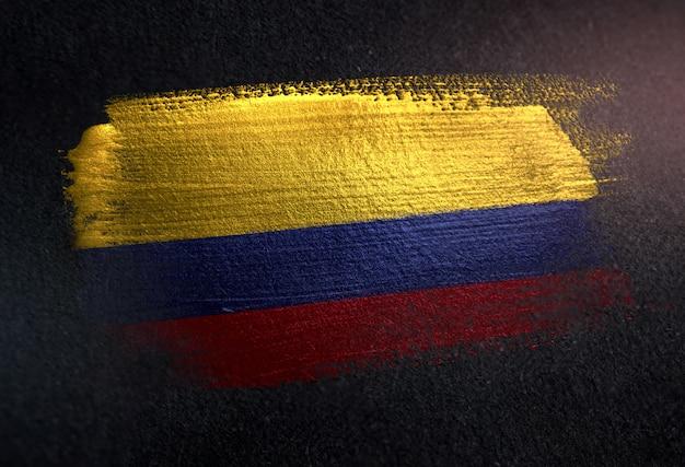 Kolumbien-flagge gemacht von der metallischen bürsten-farbe auf dunkler wand des schmutzes Premium Fotos