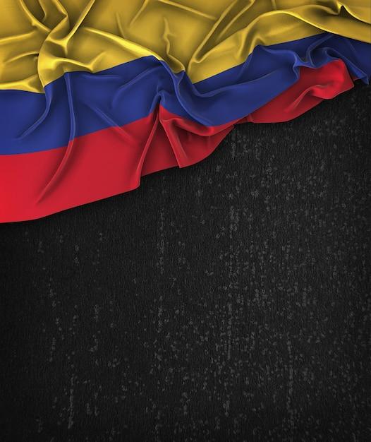 Kolumbien-flagge vintag auf einem grunge-schwarz-tafel mit raum für text Premium Fotos