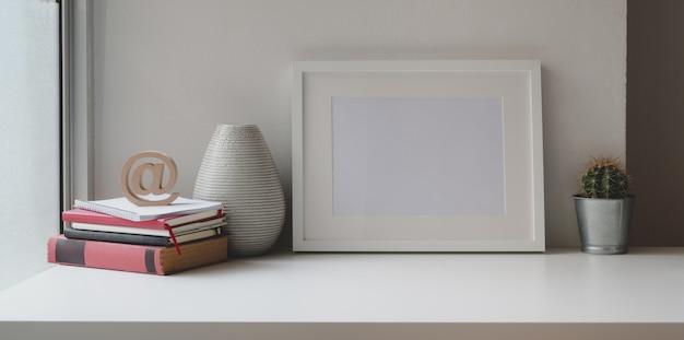 Komfortabler arbeitsbereich mit mock-up-rahmen, büromaterial und kopierbereich Premium Fotos