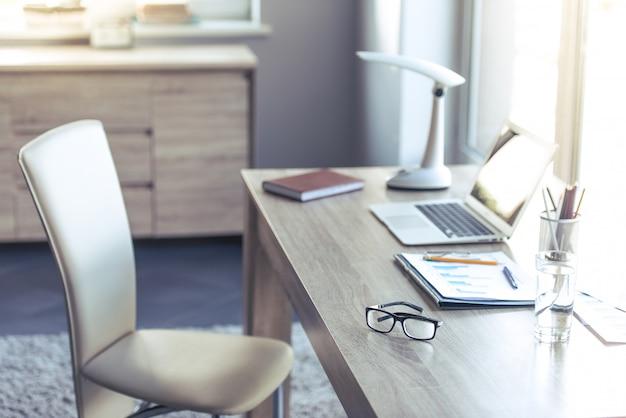 Komfortabler und leichter ort für menschen, die zu hause arbeiten. Premium Fotos