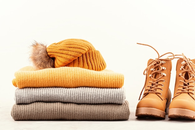 Komfortables warmes outfit für kaltes wetter. bequemer herbst, winterkleidungseinkauf, verkauf, art in der modischen farbidee Premium Fotos