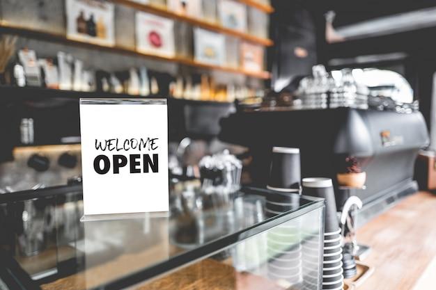 Komm rein wir sind offen im cafe besitzer offen startup mit cafe shop Premium Fotos