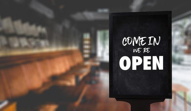 Kommen sie herein, wir haben geöffnet, melden uns im café oder restaurant an Premium Fotos