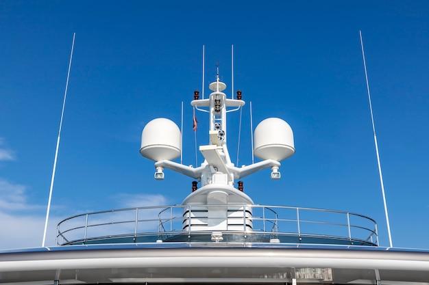 Kommunikationsantennen mit navigationsausrüstung Premium Fotos