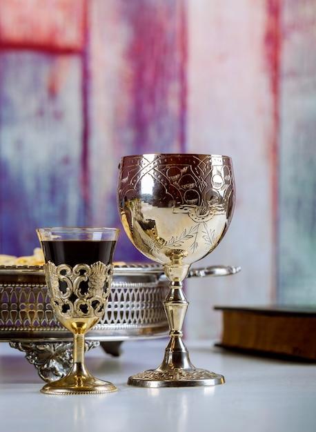 Kommunion nehmen schale glas mit rotwein, brot auf holztischfokus auf wein Premium Fotos