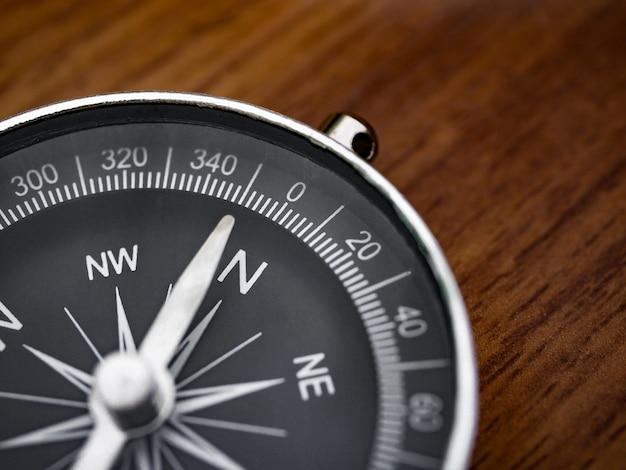 Kompass auf dem braunen holztischhintergrund Premium Fotos