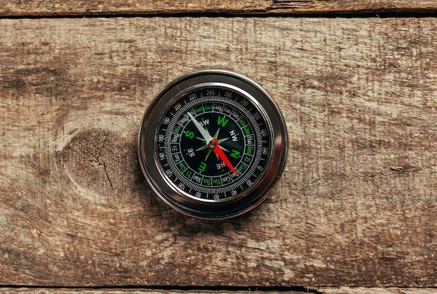 Kompass auf einem holzdeck Premium Fotos