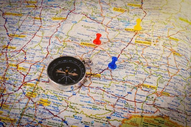 Kompass auf karte mit buntem stift Premium Fotos