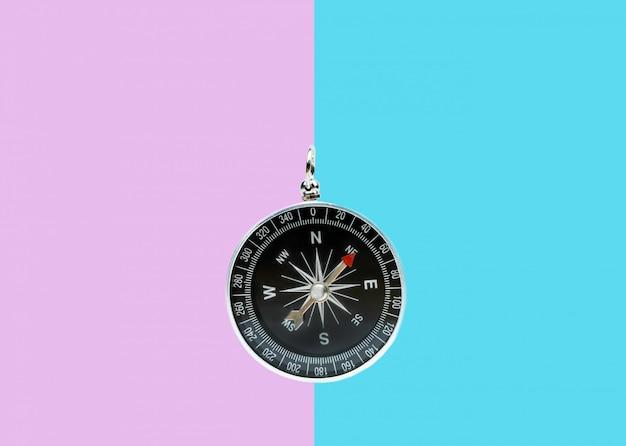 Kompass auf zweifarbiger oberfläche Premium Fotos