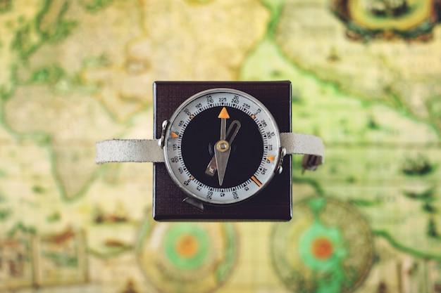 Kompass richtung norden auf quadratischen feld Premium Fotos