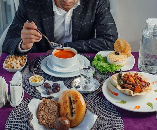 Komplexes business-lunch auf dem tisch Kostenlose Fotos
